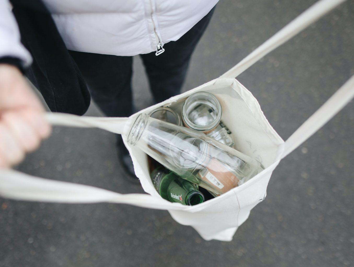 Plástico o vidrio: ¿qué botella debemos escoger para cuidar el medioambiente?